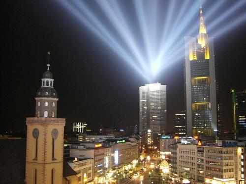 Torre Commerzbank iluminada de amarillo