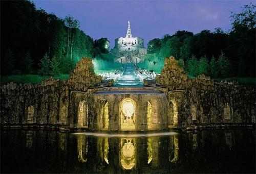 Monumento de Hercules en la noche