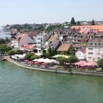 Caminata en el paseo del lago de Friedrichshafen